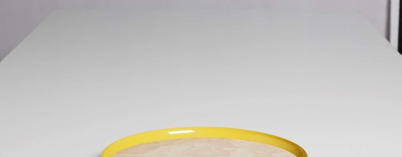 Bandeja de Alumínio, da NDT Brasil, que será apresentado na4º Paralela Móvel. É fabricada em alumínio reciclado e acompanha uma tábua em madeira. Preço: R$ 88. Informações: (17) 3258-3656