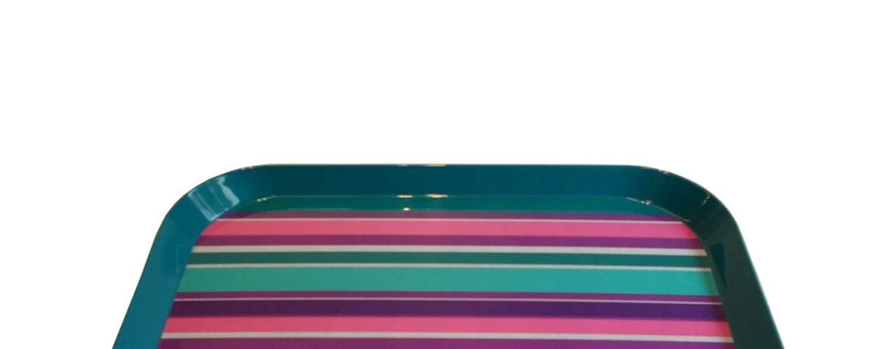 Bandeja colorida da Regatta Casa. Preço:R$ 79. Informações: (11) 5543-8144