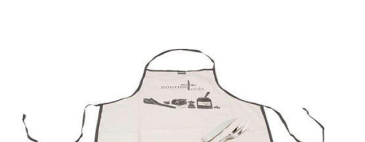 O Kit Churrasqueiro Tozzi, da Oppa, possui faca e garfo em aço inox e avental em tecido.Preço: R$ 149. Informações: 4005-1020