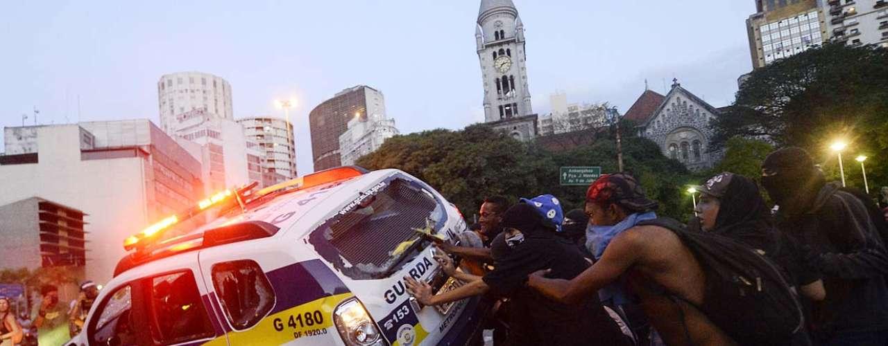 25 de janeiro -Alguns manifestantes colocaram fogo em um Fusca e também atacaram um carro da Guarda Civil Metropolitana, tentando virar o veículo