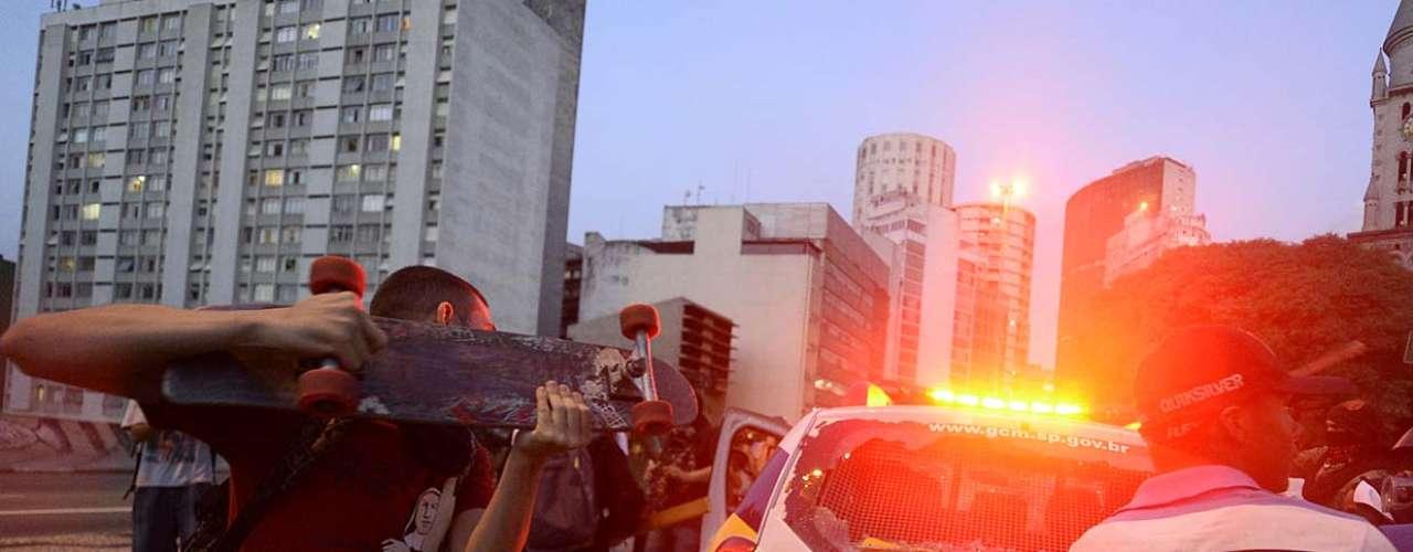 25 de janeiro -Manifestantes destruíram uma viatura da Guarda Municipal