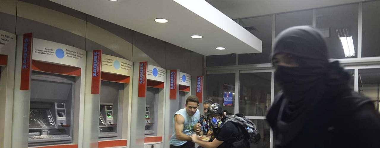 25 de janeiro -Agências bancárias e concessionárias foram depredadas depois que confusão começo