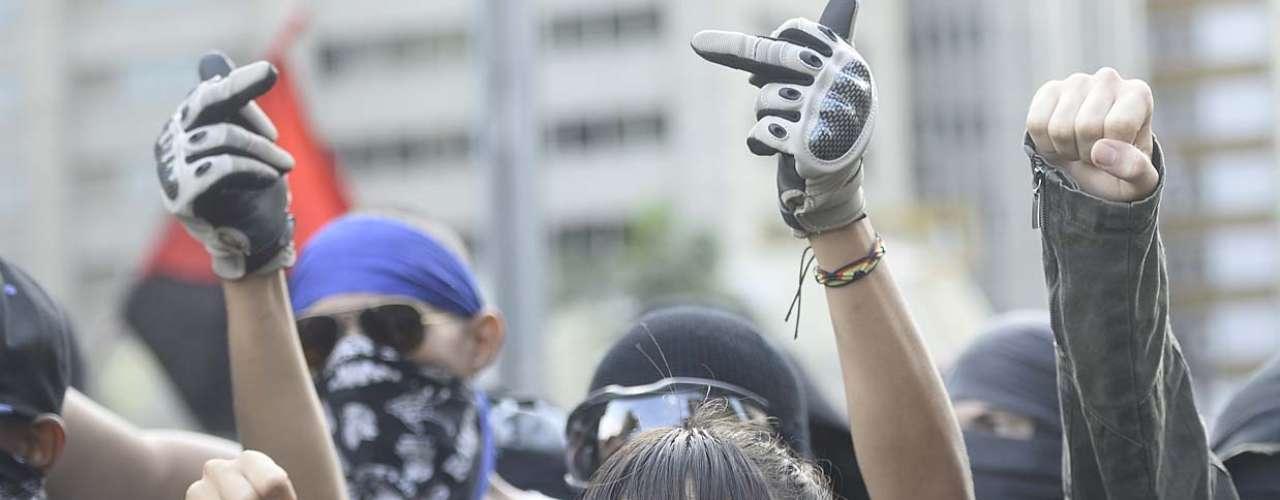25 de janeiro -Convocados pelas redes sociais, centenas de manifestantes se reunir à tarde no vão livre do Museu de Arte de São Paulo (Masp) para protestar contra o evento esportivo no Brasil