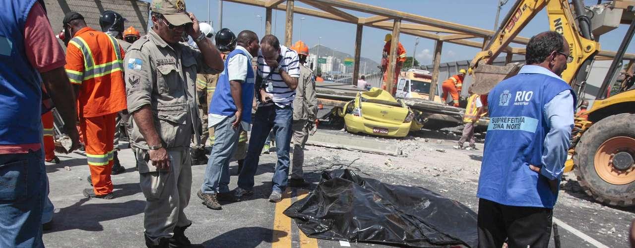 28 de janeiro -Moto e táxi foram atingidos durante o acidente na Linha Amarela