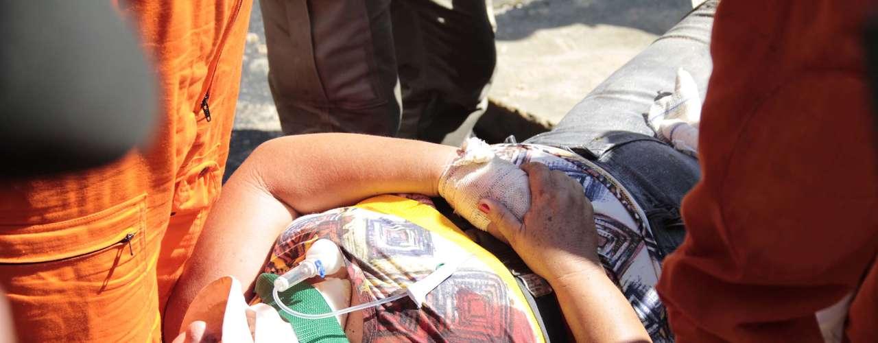 28 de janeiro -Mulher sendo resgatada pelos bombeiros após ter ficado presa nas ferragens