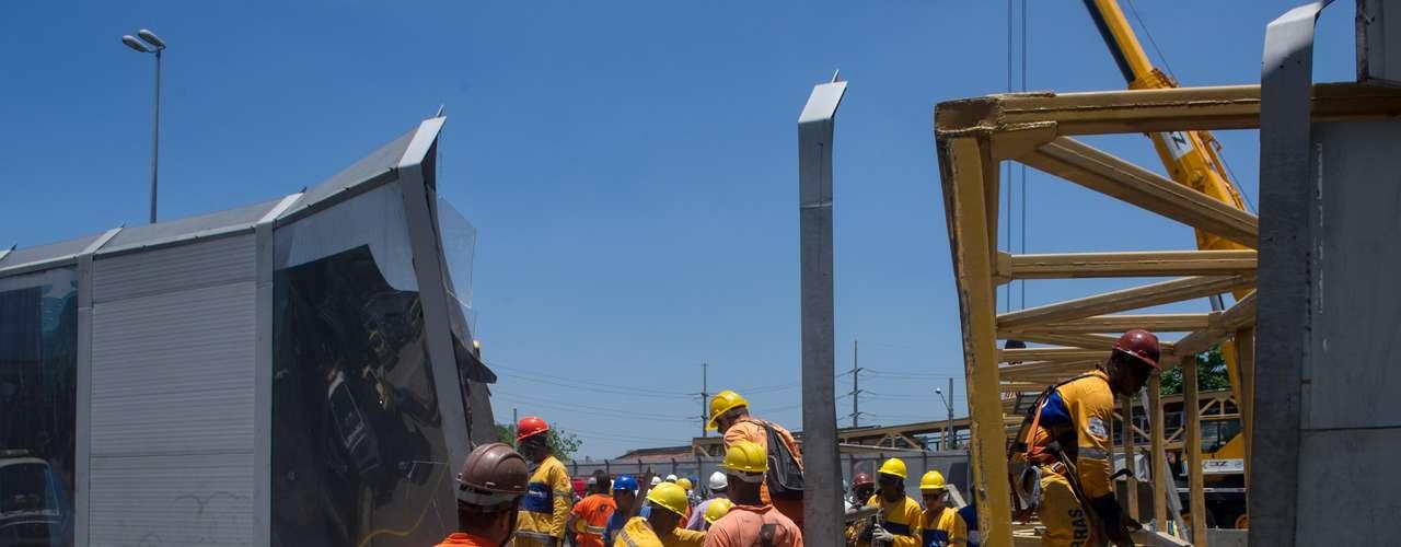 28 de janeiro -Bombeiros e funcionários que administram a via trabalharam no resgate e retirada dos escombros