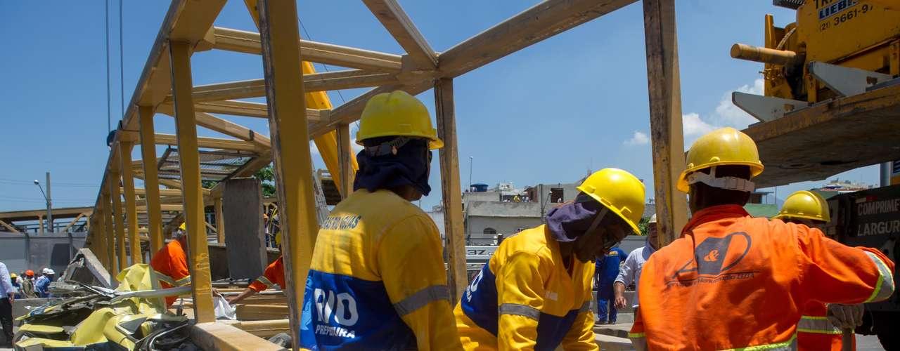 28 de janeiro -Trabalhadores tentam remover a estrutura que desabou