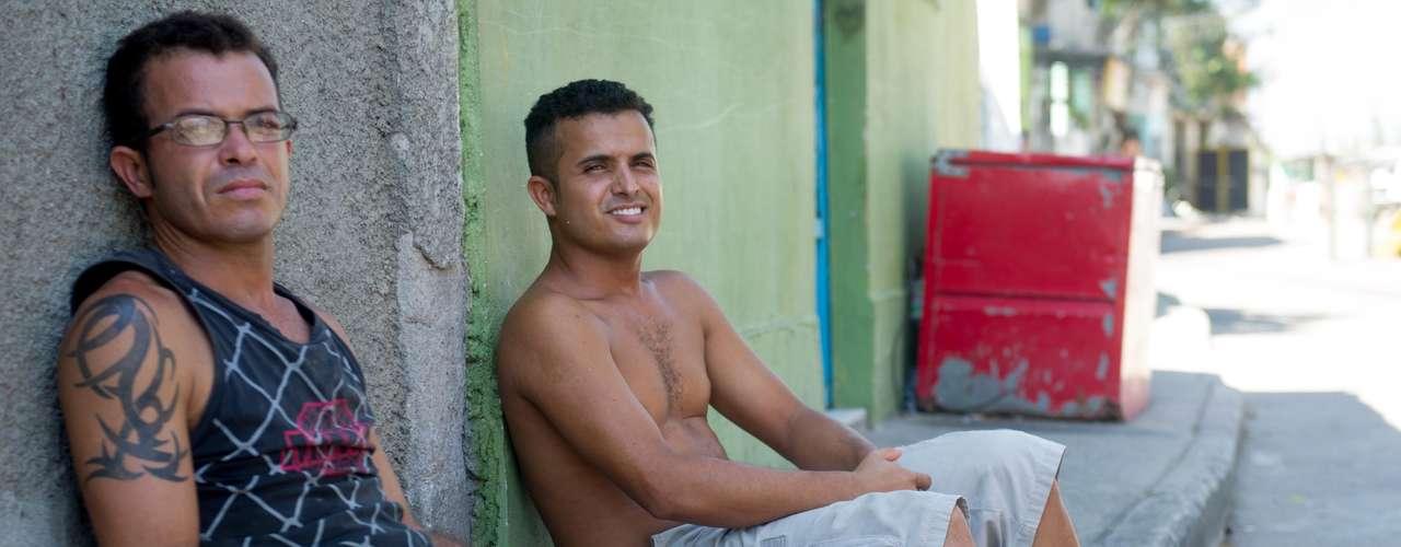 28 de janeiro - O padeiro Assis Rodrigues Silva (esquerda), 31 anos, passa todos os dias, mais de uma vez, pela passarela que cruza a avenida Brasil na altura do bairro de Pilares e liga as comunidades de Águia de Ouro e Favela da Guarda, na zona norte do Rio de Janeiro