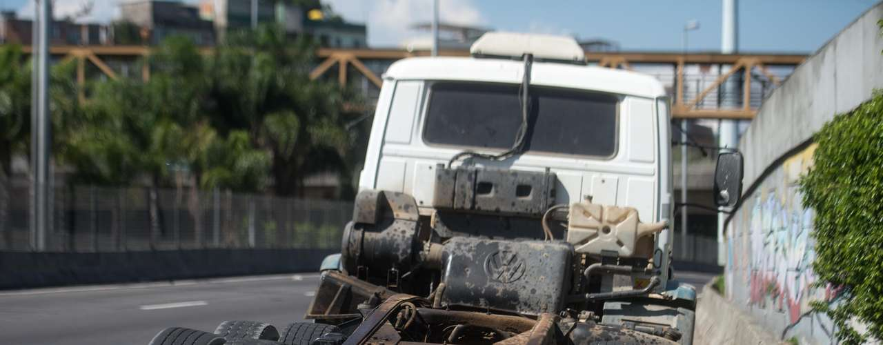 28 de janeiro -O motorista do caminhão, identificado como Luiz Fernando Costa, 30 anos, foi encaminhado para o Hospital Municipal Lourenço Jorge, na Barra da Tijuca