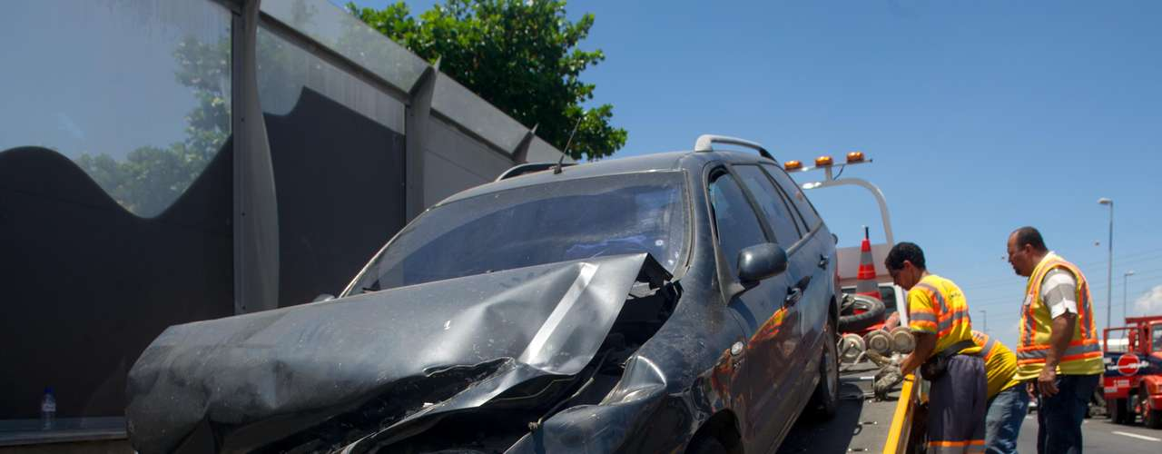 28 de janeiro - Carro ficou destruído após ser atingido pela passarela