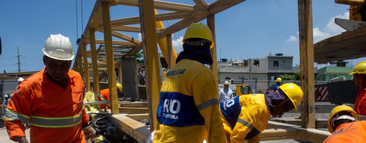 28 de janeiro -Operários trabalham na remoção da estrutura