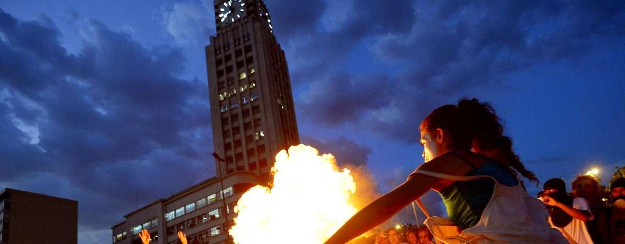28 de janeiro -Em frente à estação, o grupo fez um ato encenando a queima de uma roleta de papel