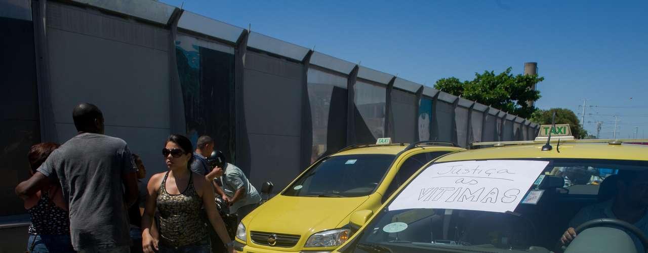 29 de janeiro - Ao menos 15 carros fecharam completamente a Linha Amarela no sentido Barra, na altura da passarela em Pilares, por cerca de meia hora