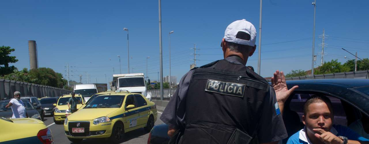 29 de janeiro - Durante o protesto, moradores da comunidade vizinha à passarela quebraram a proteção acústica que os separa da pista e se uniram ao protesto, sendo dispersados pela polícia