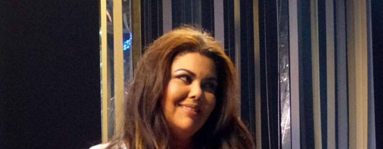 Perséfone (Fabiana Karla)aparece toda produzida e sorridente, mas sem dar indícios sobre qual será o seu destino na trama