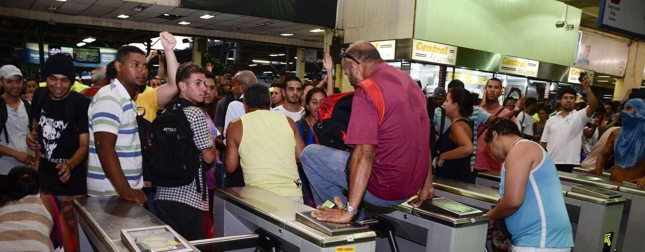 30 de janeiro -Homem aproveita protesto para pular catraca na estação de trem Central do Brasil