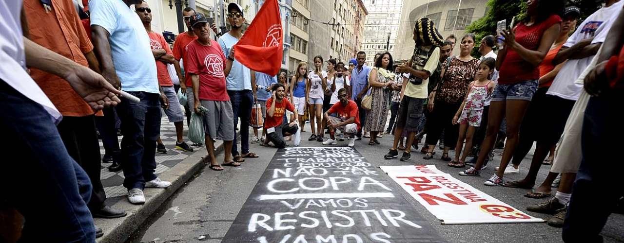 31 de janeiro -O grupo acusa a polícia de truculência, e criticou a ação policial no protesto do último sábado, quando o manifestante Fabrício Proteus Chaves, 22 anos, acabou sendo baleado por policiais militares