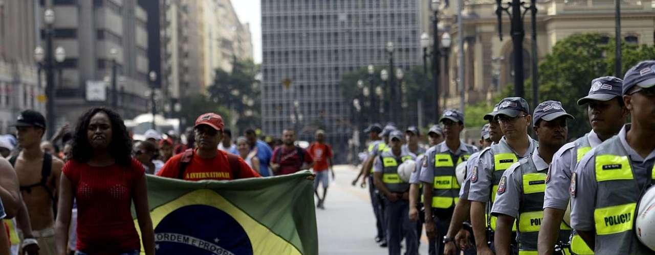 31 de janeiro -Após protestarem em frente ao prédio da secretaria, um grupo de cinco pessoas escolhido para representar os manifestantes foi convidado a entrar no local