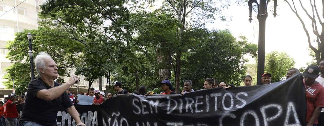31 de janeiro -Após caminharem por ruas do centro da capital paulista, os manifestantes chegaram por volta das 16h na rua Libero Badaró, onde fica a sede da Secretaria de Segurança Pública paulista (SSP-SP)