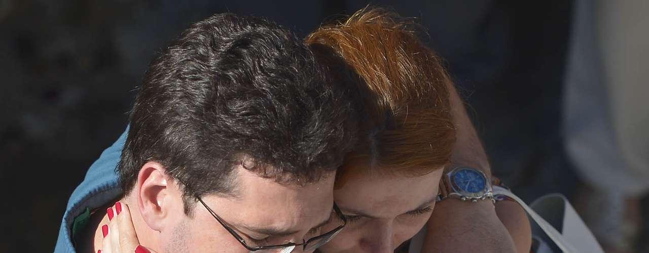 Familiares, amigos e admiradores de Coutinho se emocionaram durante o enterro do cineasta