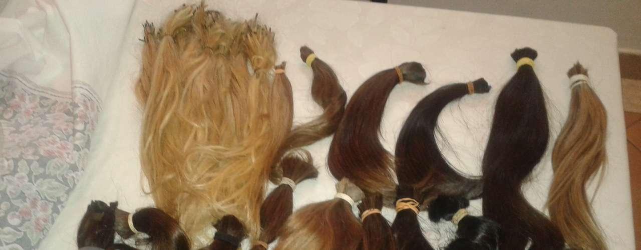 Foto mostra cabelos doados para o projeto