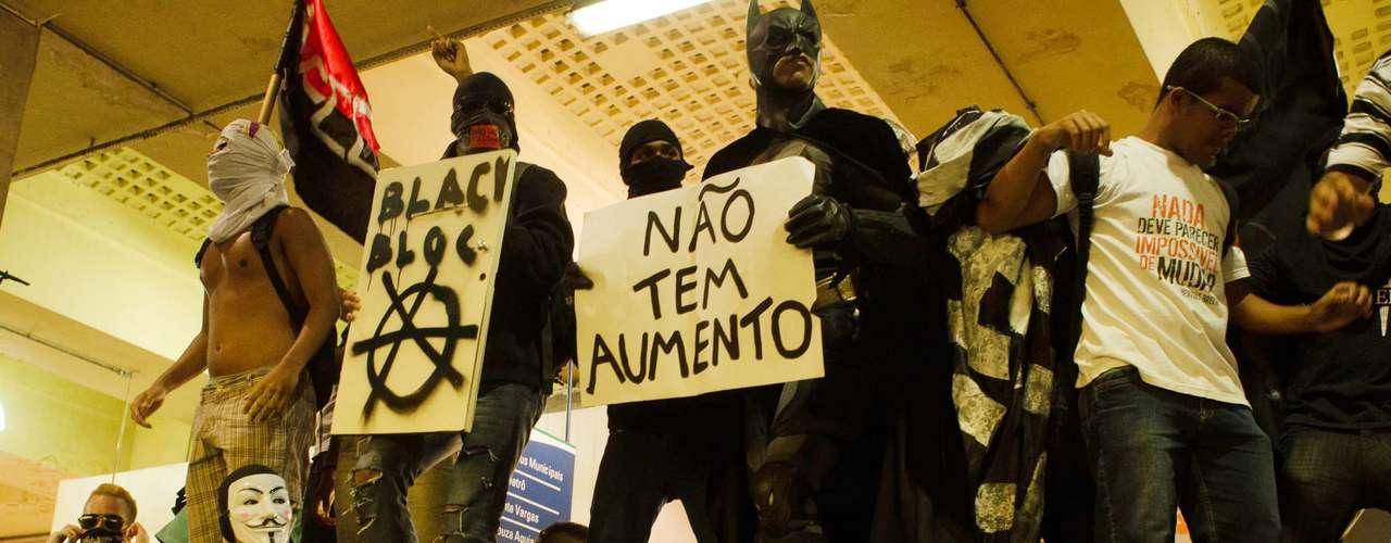 6 de janeiro - O grupo de 500 pessoas marchou em direção à Central do Brasil e pulou a catraca aos gritos de \