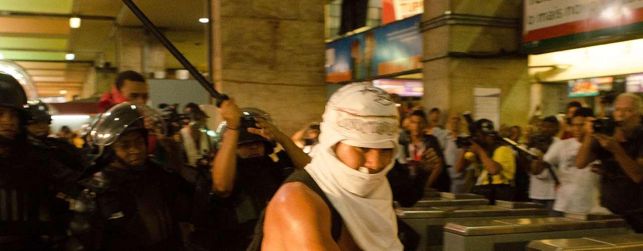 6 de janeiro - O policiamento foi reforçado com a presença de homens do Batalhão de Choque, que impediram os manifestantes de chegarem à plataforma de embarque