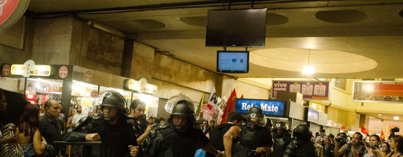 6 de janeiro - A Polícia Militar expulsou os manifestantes, fazendo com que o comércio na estação baixasse as portas