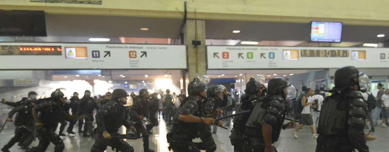 6 de fevereiro - Manifestação causou correria dentro da estação, mas operação dos trens não ficou prejudicada