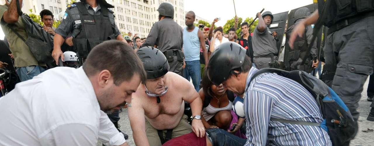 6 de fevereiro - Um cinegrafista da Band ficou ferido depois que uma bomba estourou ao lado dele. Ele foi encaminhado ao Hospital Souza Aguiar