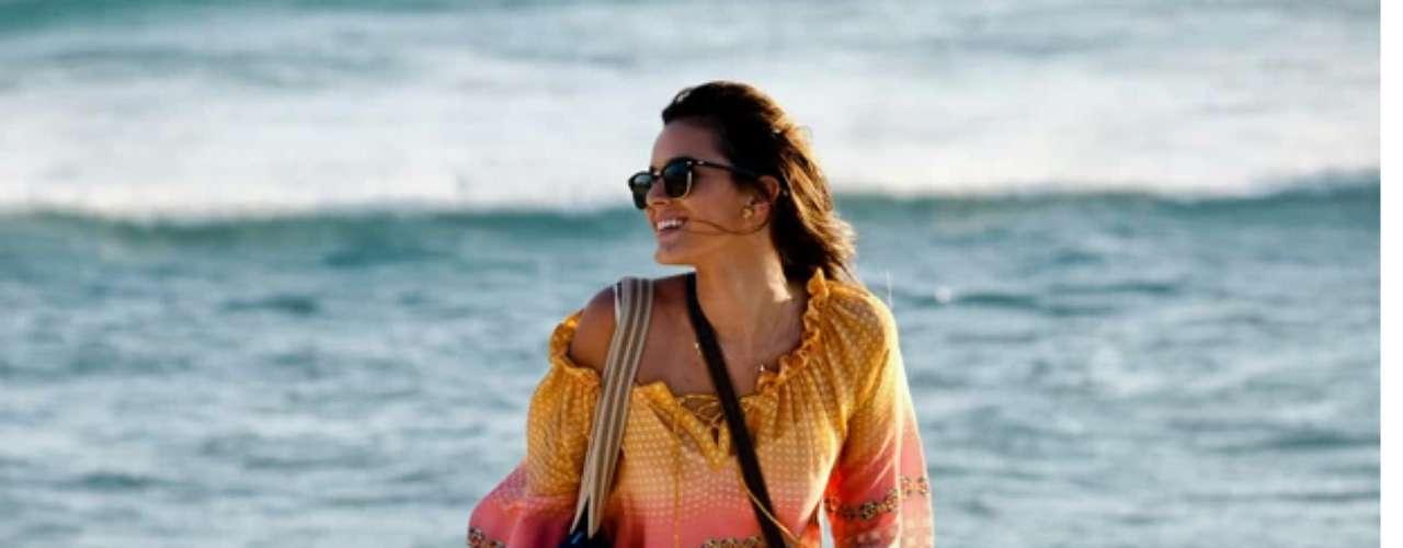 Bruna Marquezine gravou cenas da novela Em Família nesta quinta-feira (6) na praia da Barra da Tijuca, no Rio de Janeiro. Conduzida pelo diretor Leonardo Nogueira, a atriz apareceu solitária e chamou a atenção de quem passou pelo local