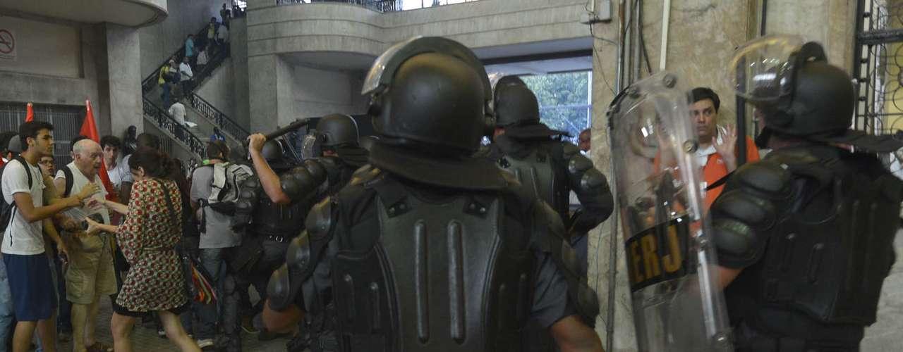 6 de fevereiro - A SuperVia, empresa responsável pelo transporte de trens no Rio de Janeiro, decidiu liberar as catracas da Estação Central do Brasil para o embarque de passageiros a fim de evitar mais tumulto no local, ocupado por manifestantes
