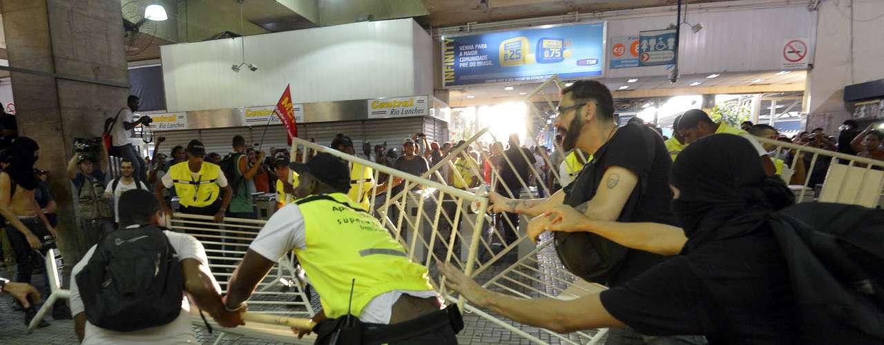 6 de fevereiro - A Polícia Militar expulsou os manifestantes, fazendo com que o comércio na estação baixasse as portas