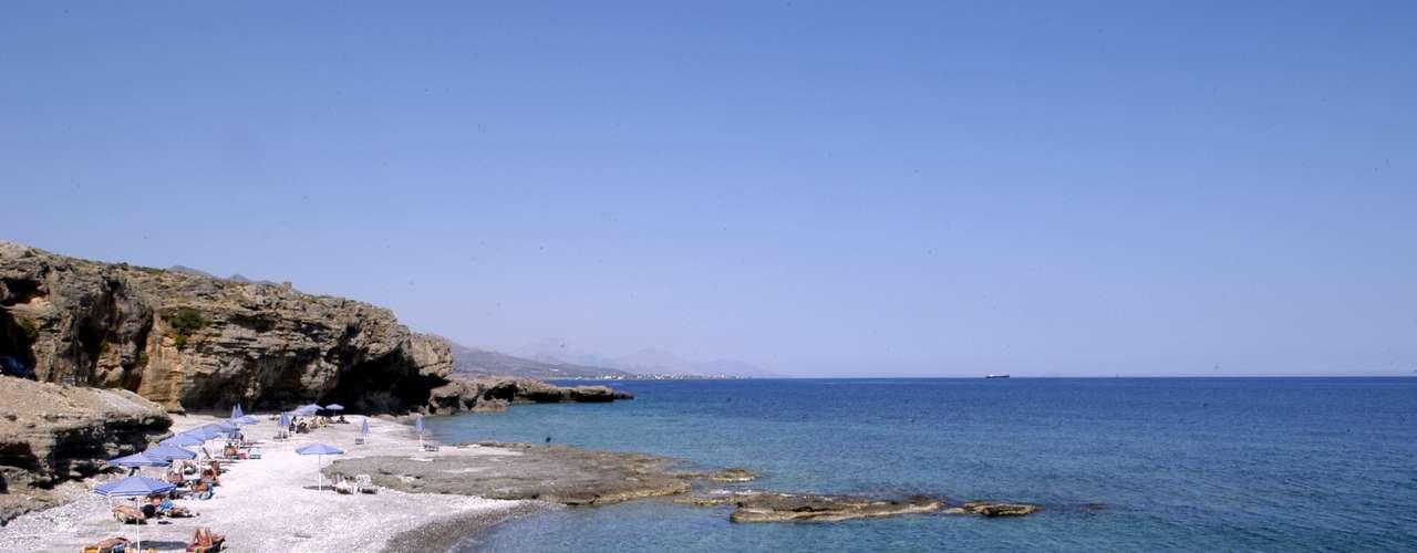 Praia Filiaki (Grécia) Localizada na ilha grega de Sfakia, o local também é frequentado por naturistas que escolhem a privacidade dos hotéis. No Hotel Vritomartis, por exemplo, há uma pista de dança especialmente para nudistas / Mais informações: www.trivago.com.br