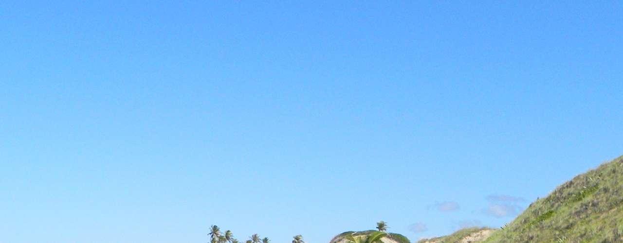 Praia de Massarandupió (Bahia) Localizado na cidade de Entre Rios, a 134 quilômetros de Salvador, a praia fica 60 quilômetros distante do centro da cidade e é acessada via estrada de barro e mais umacaminhada de dois quilômetros