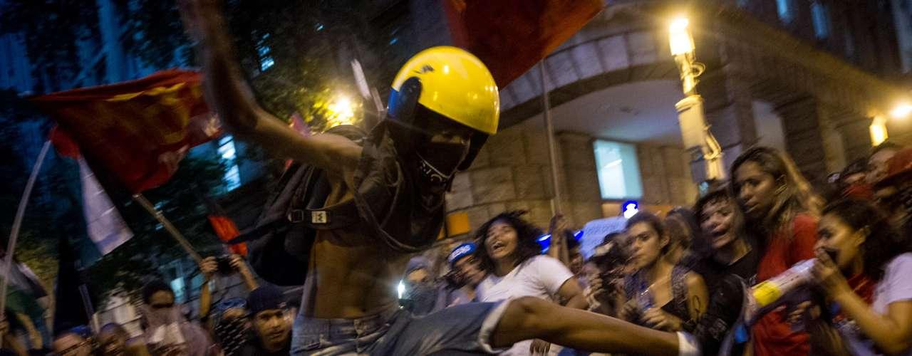 10 de fevereiro - Os manifestantes saíram em passeata da Central do Brasil e seguiram até o prédio da Federação de Transportes do Rio de Janeiro (Fetranspor), onde realizaram um ato contra o aumento das passagens e queimaram uma catraca de ônibus envolta em papel e álcool