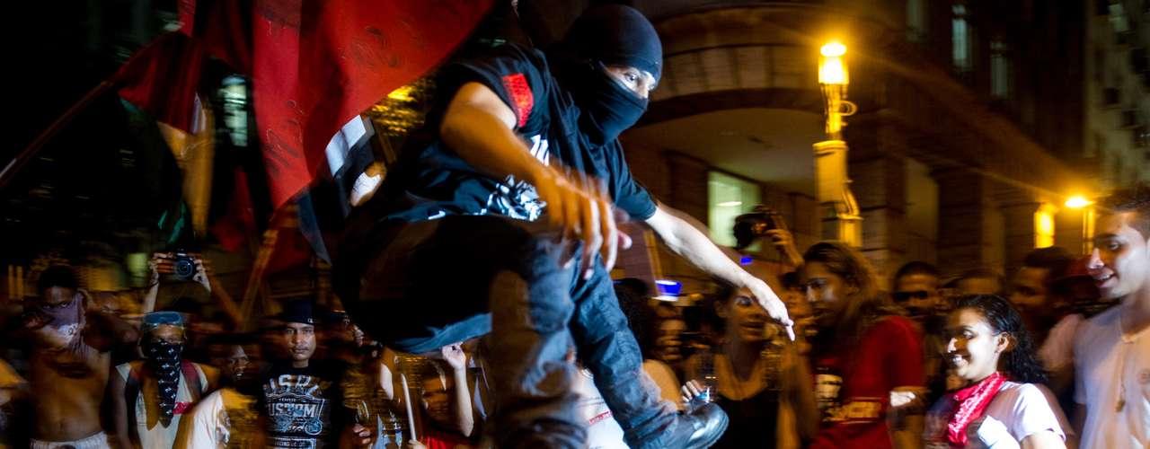 10 de fevereiro - Os manifestantes saíram em passeata da Central do Brasil e seguiram até o prédio da Federação de Transportes dk Rio de Janeiro (Fetranspor), onde realizaram um ato contra o aumento das passagens e queimaram uma catraca de ônibus envolta em papel e álcool