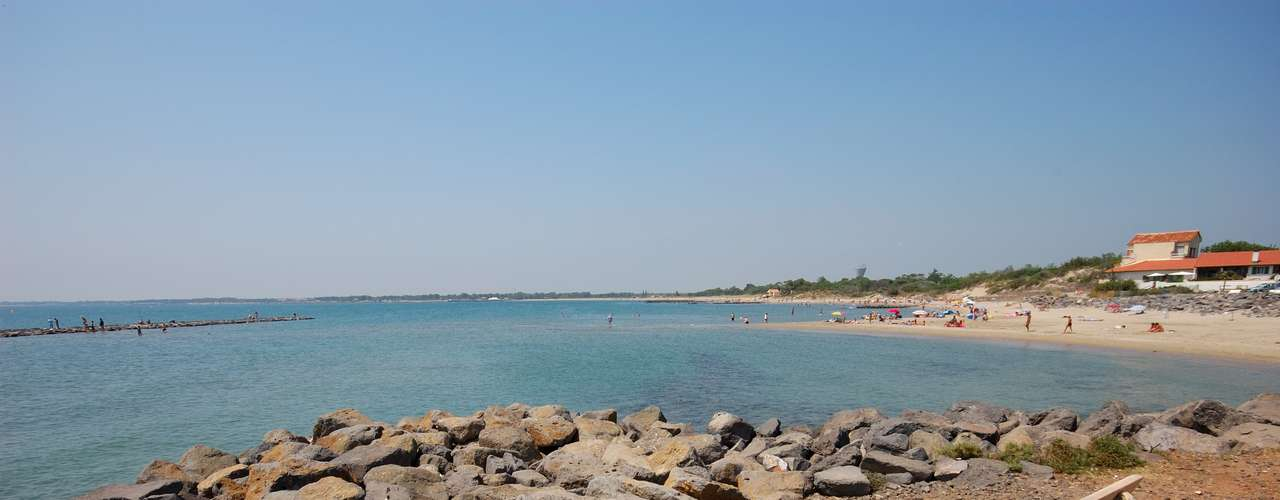 Praia de Cap D'Agde (França) Localizada em Agde, é considerada a meca do nudismo devido a grandiosidade da estrutura que oferece. Por lá, é possível ir ao mercado, ao banco, padaria, sem usar roupa
