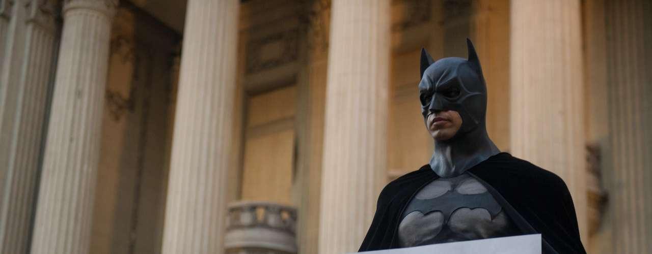 10 de fevereiro -Fantasiado de Batman, homem homenageia cinegrafista morto em protesto