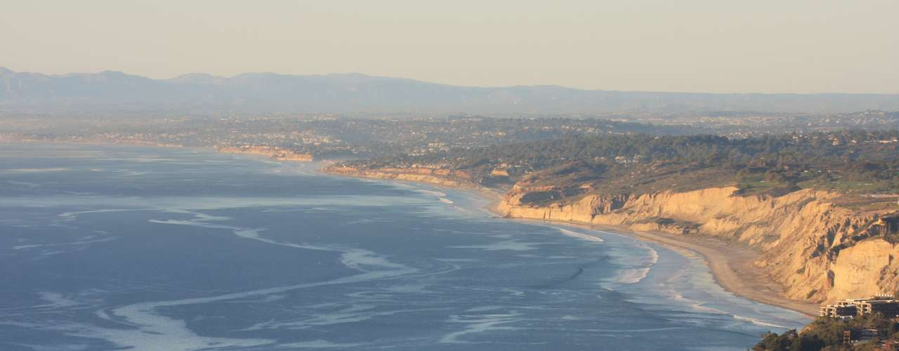 Black's Beach (Estados Unidos) Localizada na cidade de San Diego, na Califórnia, a praia é destacada por sua beleza e pelos ondas altas e perigosas, que são enfrentadas somente pelos mais corajosos. A praia é também local de encontro de naturalistas da região