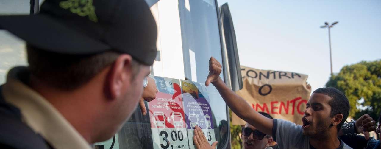 10 de fevereiro -Os manifestantes protestam contra o aumento de R$ 2,75 para R$3, em vigor desde sábado