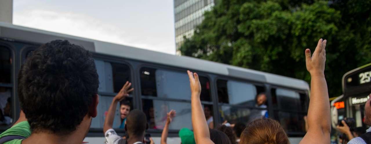 10 de fevereiro -Depois de fechar a avenida Presidente Vargas no sentido centro e abordar os ônibus que vinham na direção contrária, os manifestantes bloqueram a avenida Rio Branco em direção à Cinelândia, aos gritos de \
