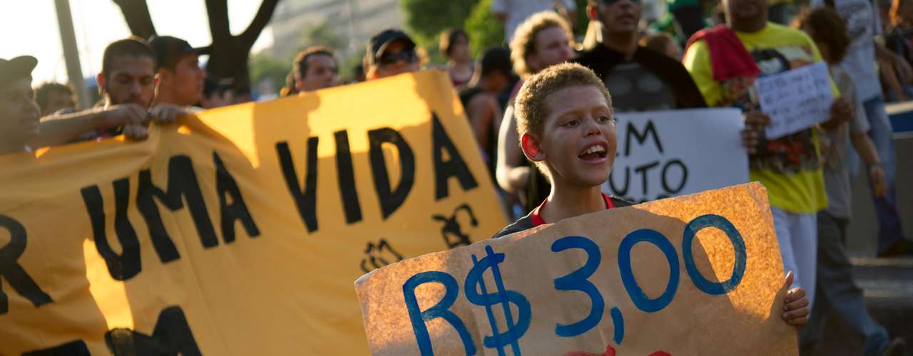 10 de fevereiro -Um grupo de cerca de 500 pessoas protesta no centro do Rio de Janeiro nesta segunda-feira contra o aumento da passagem de ônibus na cidade