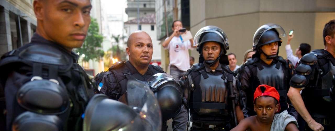 10 de fevereiro - Policiais observam atentamente aos manifestantes