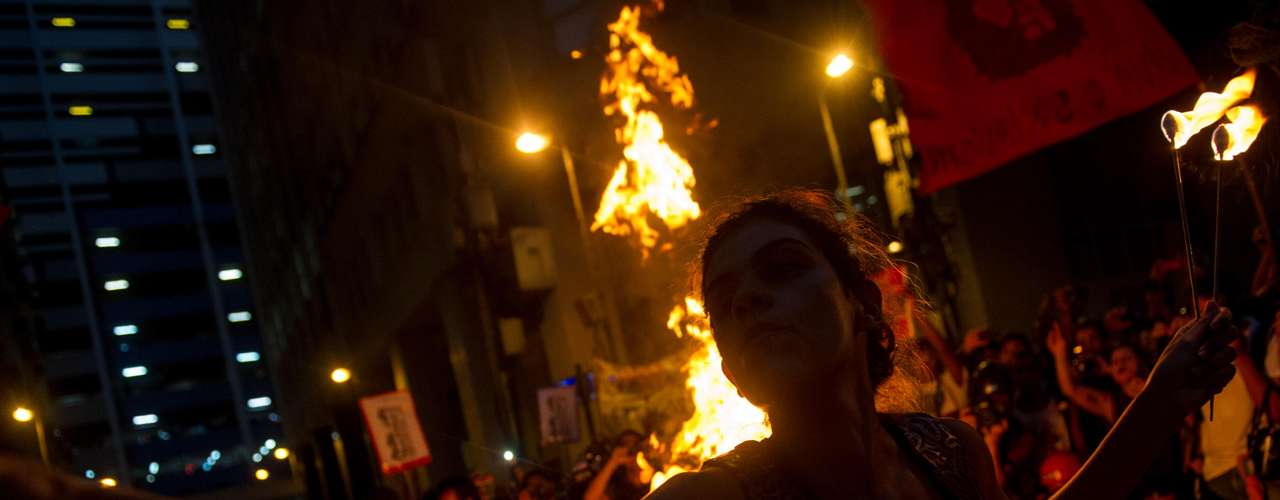 10 de fevereiro -O grupo deixou a Fetranspor e se concentrou em frente à Câmara de Vereadores, na Cinelândias do Estado do RJ (Fetranspor), onde queimaram uma catraca
