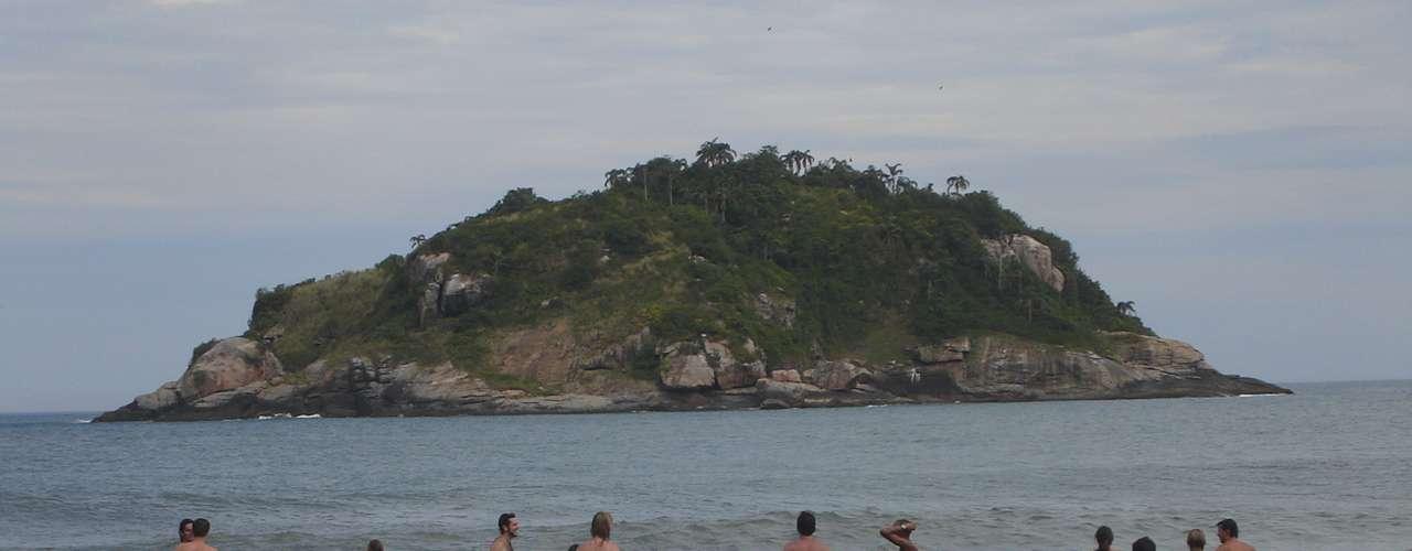 Praia do Abricó (Rio de Janeiro) Uma das únicas praias onde os homens podem entrar desacompanhados. O local, que fica em um ambiente urbano da Cidade Maravilhosa, tem estrutura adequada e também é uma das melhores opçõespara os solteiros