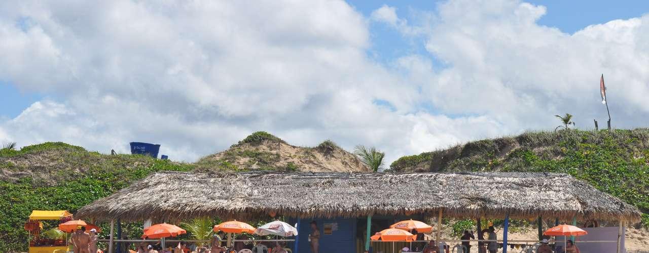 Dos 13 quilômetros da praia, dois apenas são voltados ao público naturista. Por lá, existe uma associação que recebe os visitantes e explica as regras do local