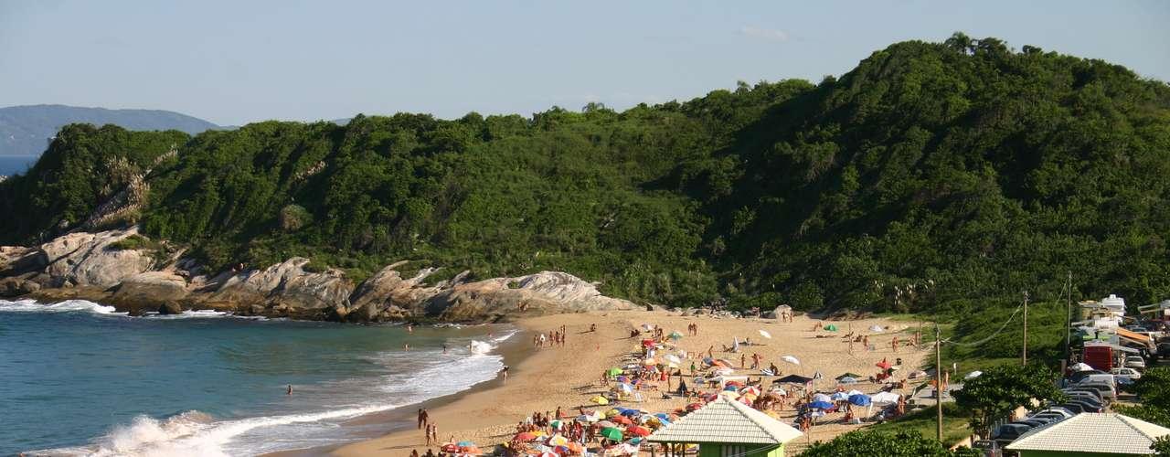 No Brasil, o local é a praia naturista querecebeo maior número de turistas ao longo doano. Além de fácil acesso, é conhecido pela receptividade com oscuriosos e novos adeptos
