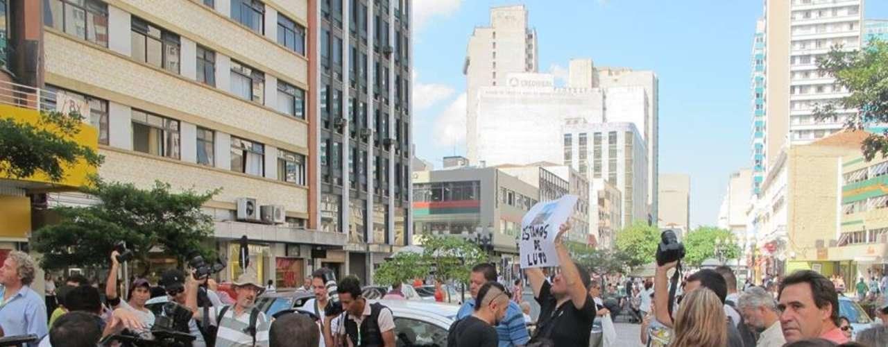 11 de fevereiro - Cerca de 60 repórteres fotográficos, cinematográficos e jornalistas paralisaram suas atividades e fizeram uma manifestação em memória ao repórter cinematográfico Santiago Andrade