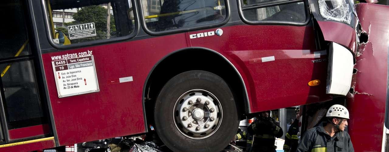 Carro ficou completamente esmagado por um dos ônibus
